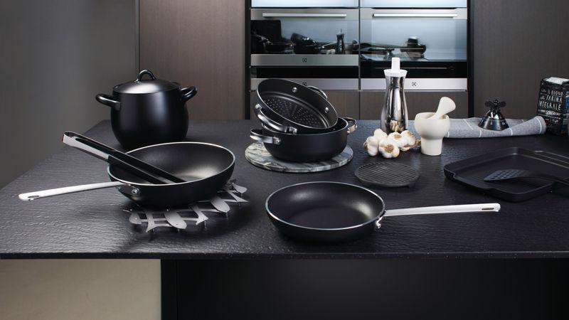 Serie der Kochtöpfe aus Aluminium mit Antihaftbeschichtung (Steakpfanne, Pfanne, kleiner Schmortopf)