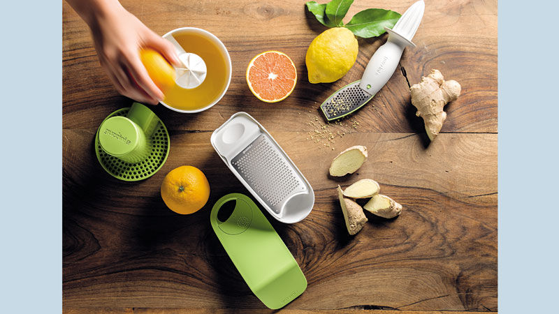SQUEEZE&PRESS Fruchtpresse Hand Ensafter_ GRATE&STORE Reibe mit Dispenser_SQUEEZE&GRATE Zitronenpresse mit Reibe