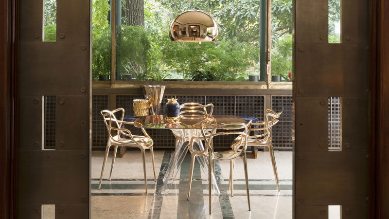 chairs Masters Gold, Sir Gio table, FL/Y lampe, Jelly Gold and Shanghai Gold vases