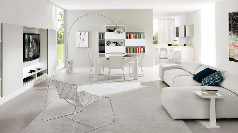 Composizione Z101 con librerie sospese in melaminico termostrutturato rovere bianco a poro aperto - ante scorrevoli in vetro laccato bianco opaco